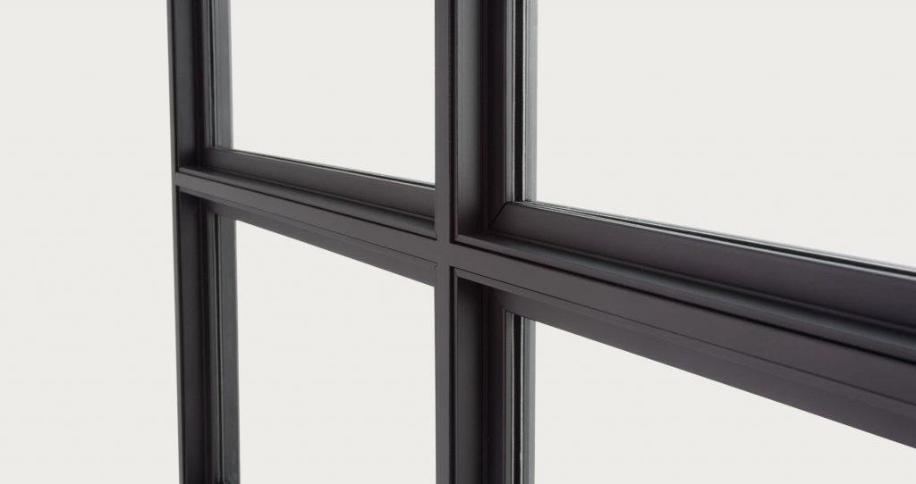 Trennwände aus Glas und schwarzem Stahl