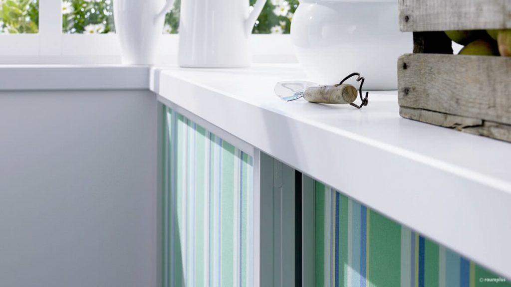 Serie: S3000 AIR / Profil: weiß lackiert / Füllung: Kombination Spanplatte bespannt mit Stoff und Floatglas mit farbiger Folie rückseitig beklebt / Sprossen: füllungsteilend / Innensystem: Uno, Weiß-Dekor Platinweiß ST2
